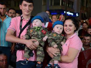 Askeri Üniformalı İkiz Bebekler 'Demokrasi Nöbeti'nde