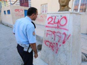Okuldaki Atatürk büstü ve duvarlara yazı yazan 2 kişi yakalandı