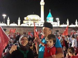 Örnek eğitimci Muammer Yavuz aile bireyleri ile meydanda