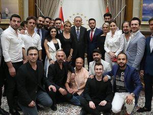 Cumhurbaşkanı Erdoğan'dan Demokrasi Nöbetine Katılan Ünlülere Teşekkür