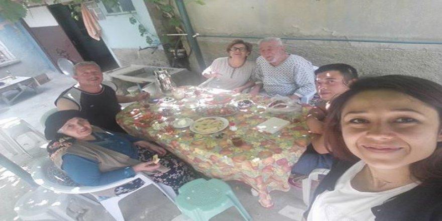 Yoldaş ailesi kahvaltı keyfinde