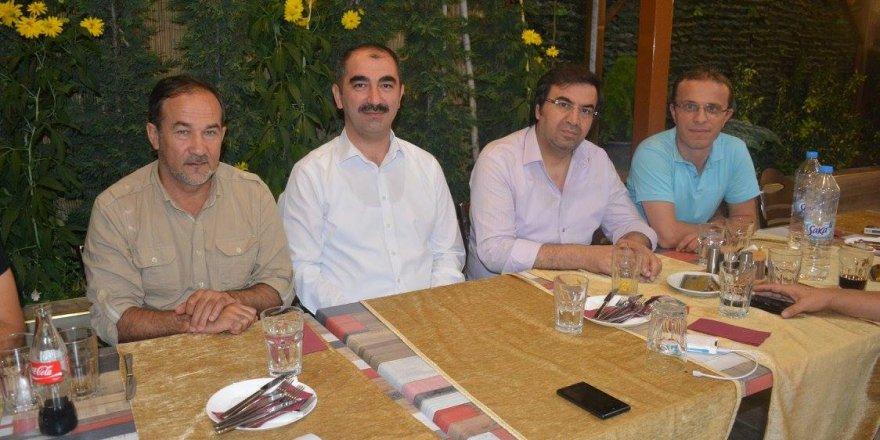 Başkan Mehmet Genç, şehrimize gelen sanatçılarla Bordo Çağ Kebap'ta