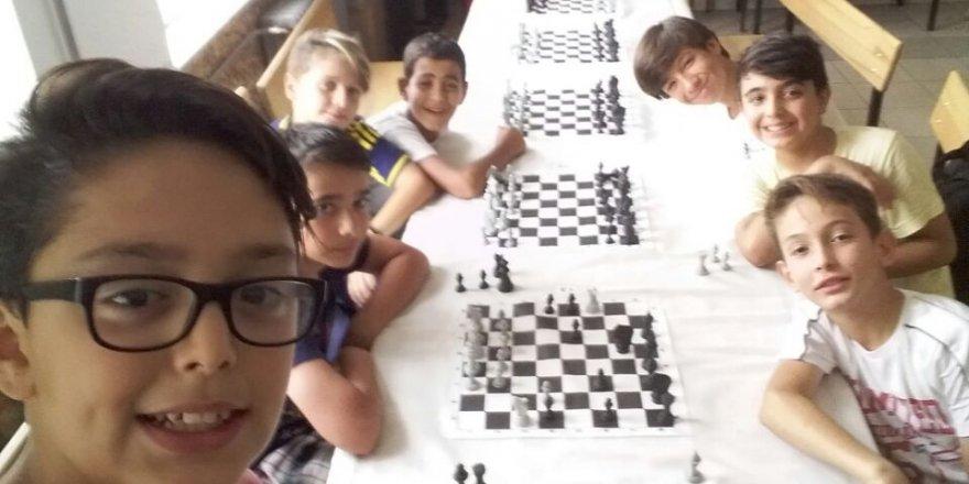 Furkan Batuhan Başoda'nın arkadaşları ile satranç heyecanı