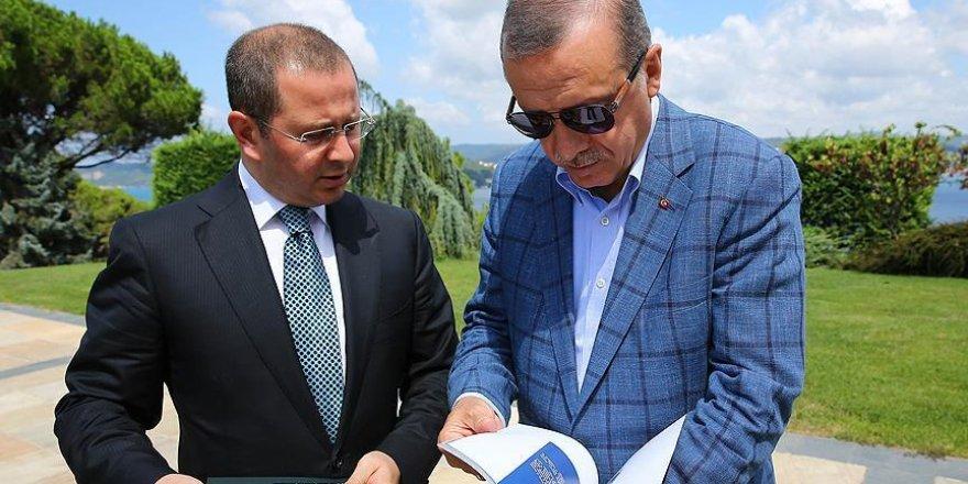 """Erdoğan AA'nın """"Dakika Dakika FETÖ'nün Darbe Girişimi"""" kitabını inceledi"""