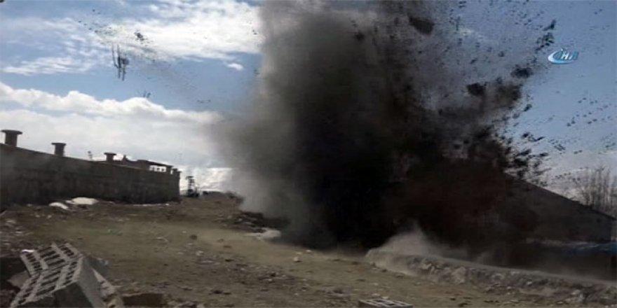 Briket yüklü kamyonun geçişi sırasında patlama