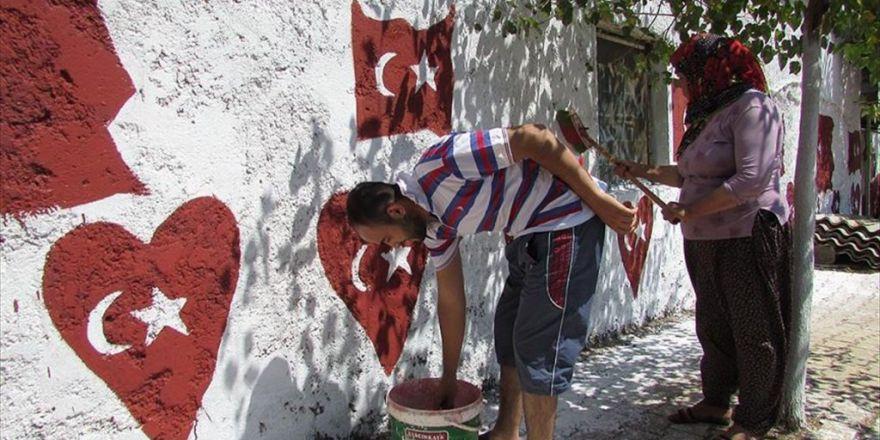 Protesto İçin Evinin Dışına Türk Bayrağını Resmetti
