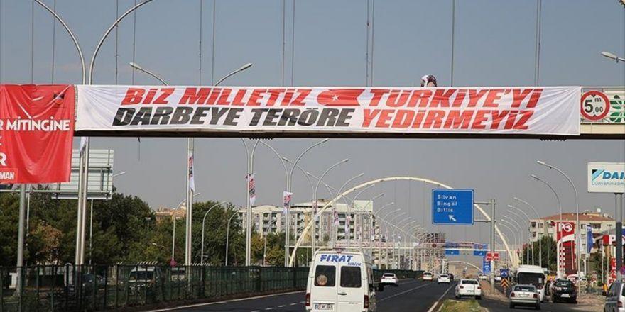 Diyarbakır'da Darbe Ve Teröre 'Afişli' Tepki