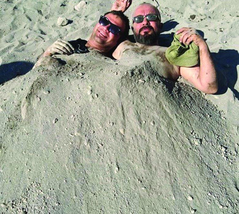 Karapınar Acıgöl'de deniz ve kum keyfinin tadını çıkartıyorlar