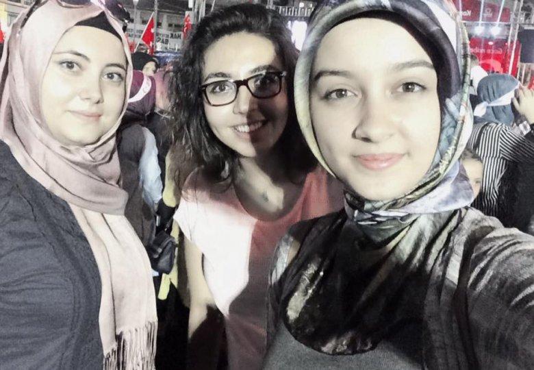 Seda Biltekin arkadaşları ile Meydan'da