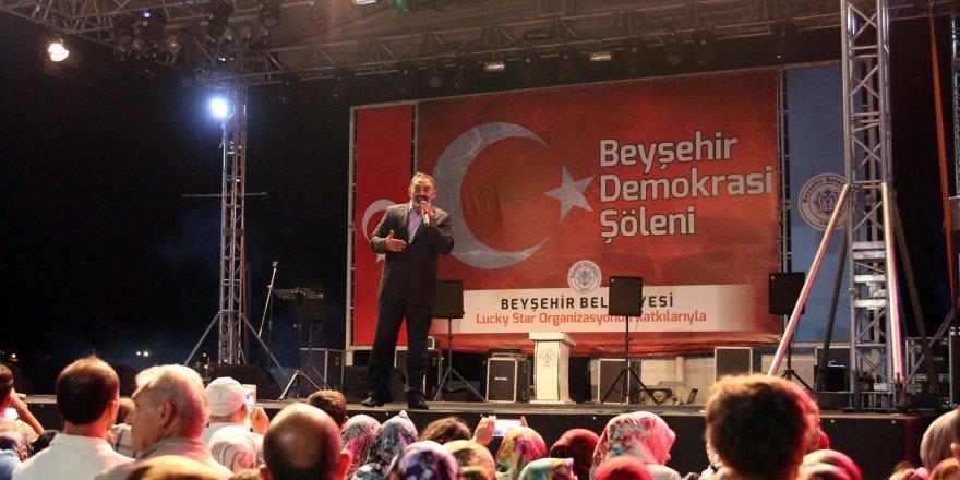"""""""Şehit Ömer Halis Demir"""" şiiriyle duygulandırdı"""