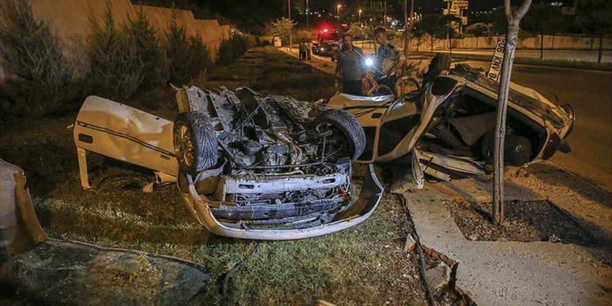 Başkentte Aydınlatma Direğine Çarpan Otomobil İkiye Bölündü: 1 Ölü, 2 Yaralı