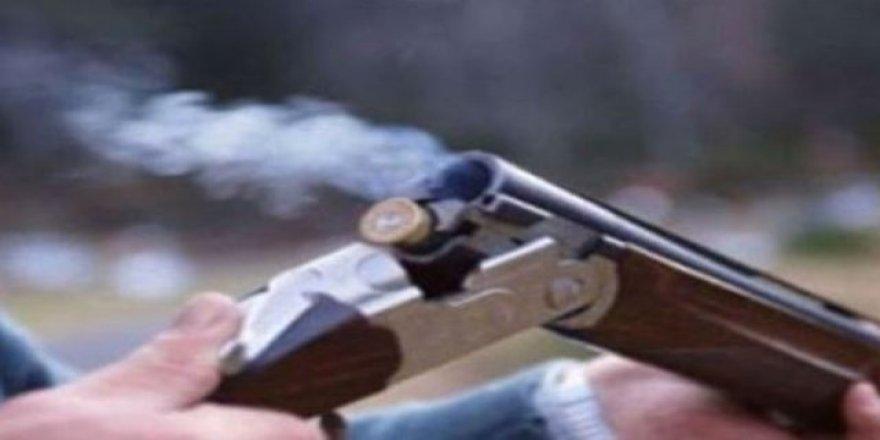 Babasını ve ağabeyini av tüfeğiyle vurdu