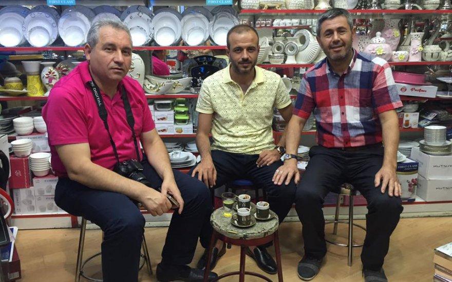 İbrahim Işık dostları ile kahve keyfinde