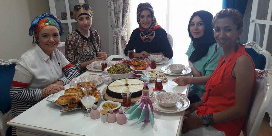 Hanımların pastalı börekli çay sohbeti