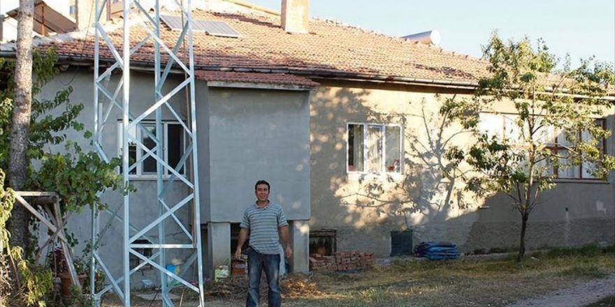Evinin Elektrik İhtiyacını Rüzgar Türbiniyle Karşılıyor