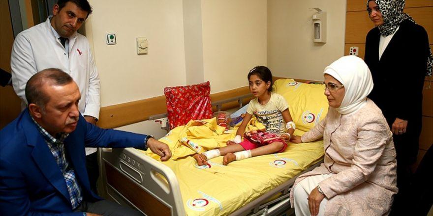 Cumhurbaşkanı Erdoğan, Terör Saldırısında Yaralananları Hastanede Ziyaret Etti