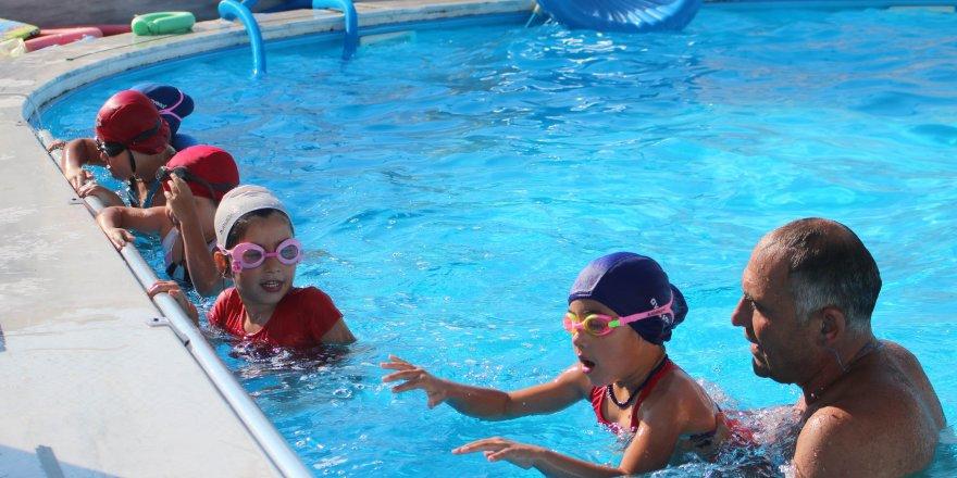 Beyşehir'de yeni nesil yüzmeyi havuzda öğreniyor
