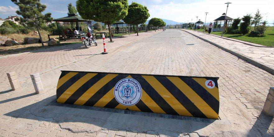 Beyşehir Gölü kıyısındaki parkın araç giriş çıkışları kontrol ediliyor