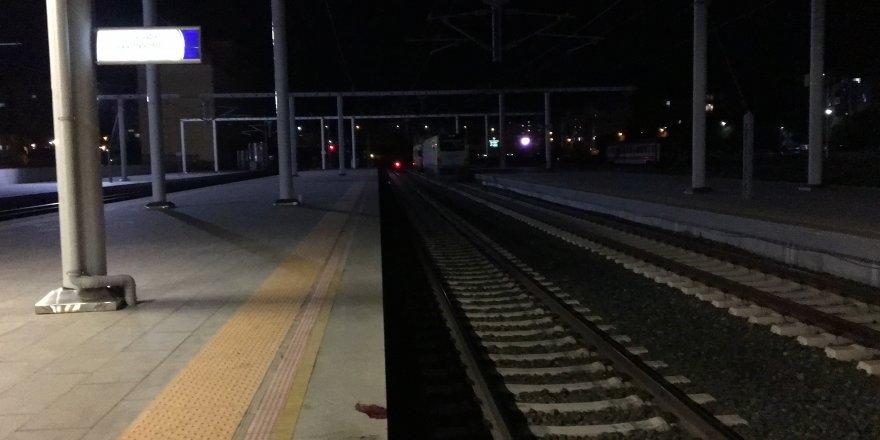 Trenin üzerinde elektrik akımına kapıldı