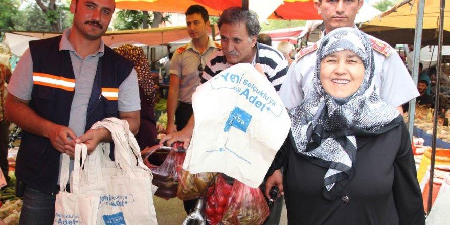 Selçuklu  Belediyesi 20 bin adet bez torba dağıttı