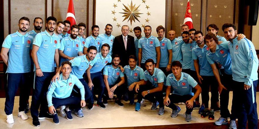 Cumhurbaşkanı Erdoğan A Milli Futbol Takımı'nı Kabul Etti
