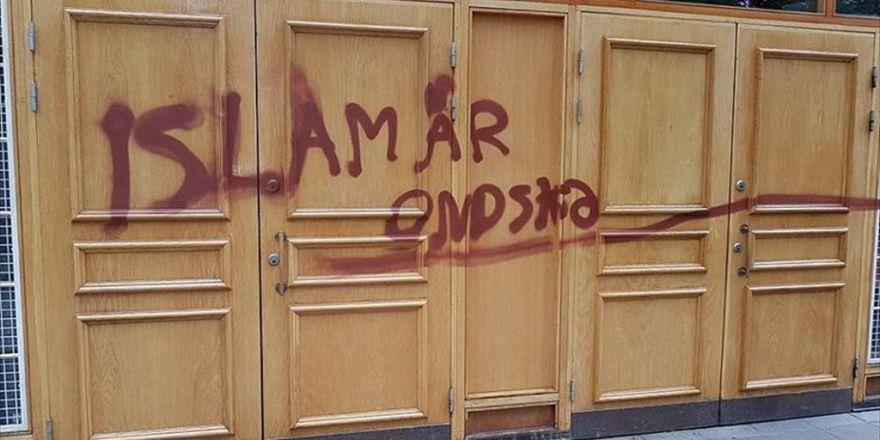 """Stockholm'deki Bir Caminin Kapısına """"İslam Kötülük Dinidir"""" Yazıldı"""
