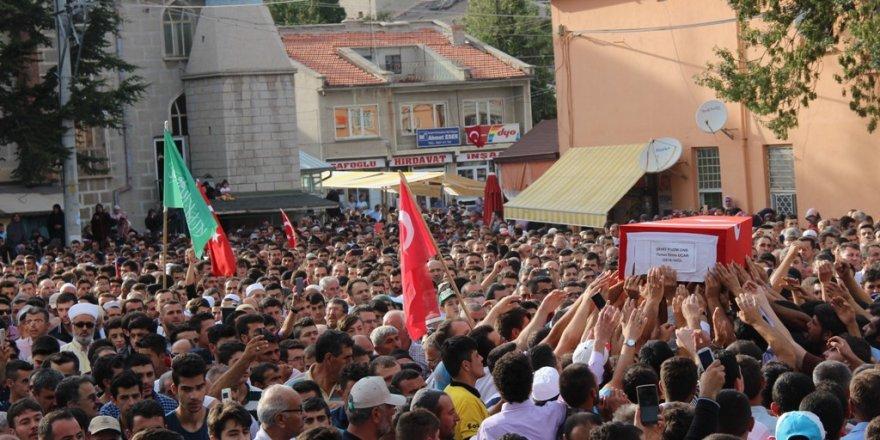 Konya'da 10 bin kişi şehidini uğurladı!