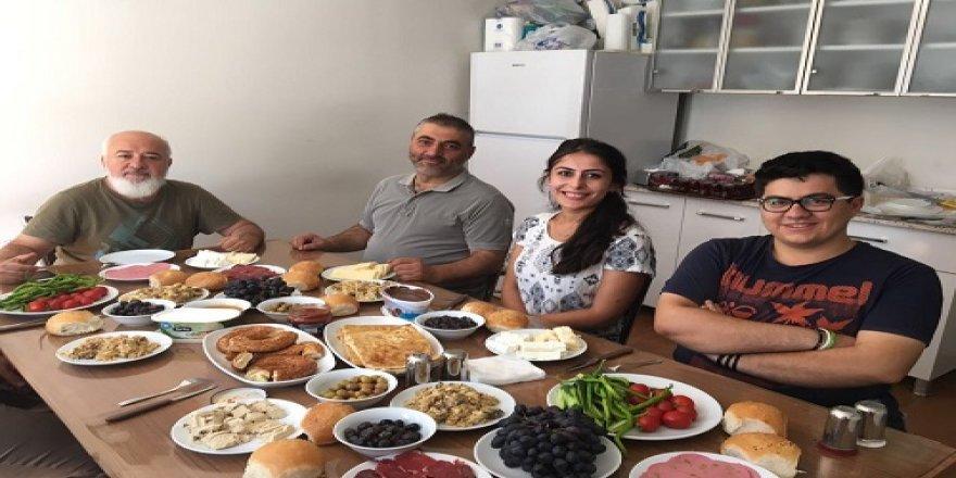 Mustafa Kulu genç gazetecilerle