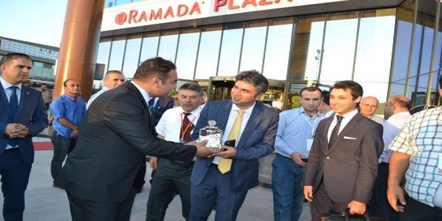 Ramada Plaza Konya Genel Müdürü Sakman'dan Bakan Müsteşar Yardımcısı'na Konya şekeri ikramı