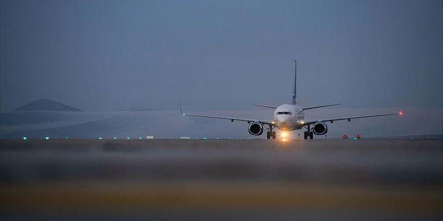 Yüksekova'ya 13 Ay Aradan Sonra İlk Yolcu Uçağı İndi