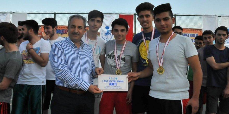 Akşehir'de sokak basketbolu turnuvası ödül töreniyle sona erdi