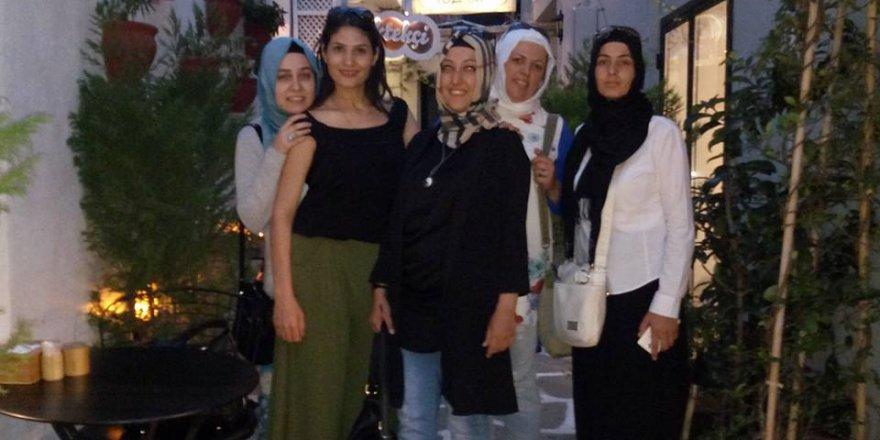 Arzu Aktan ve arkadaşları Alaçatı'da