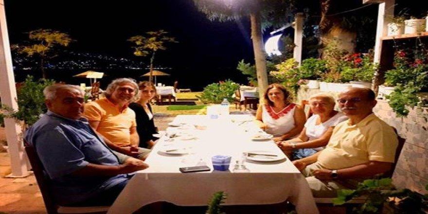 Prof. Mehmet Arazi Gündoğan'da dostları ile yemekte