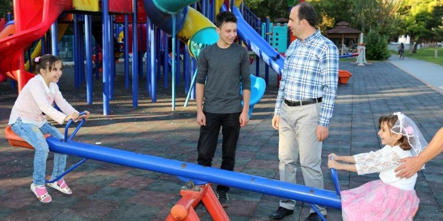 Başkan Altay, parklardaki vatandaşlarla bir arada