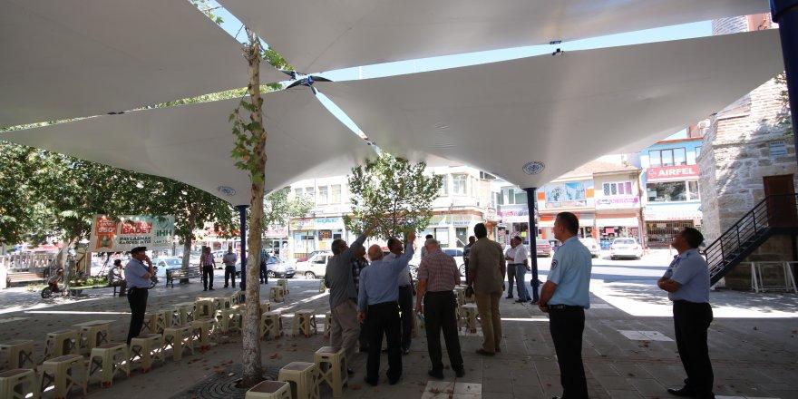 """Beyşehir Belediyesi'nden Çarşı Camisi meydanına """"Ters Şemsiye"""" uygulaması"""