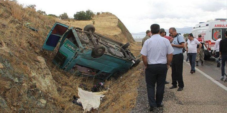 Elazığ'da Minibüs Şarampole Devrildi: 2 Ölü, 12 Yaralı
