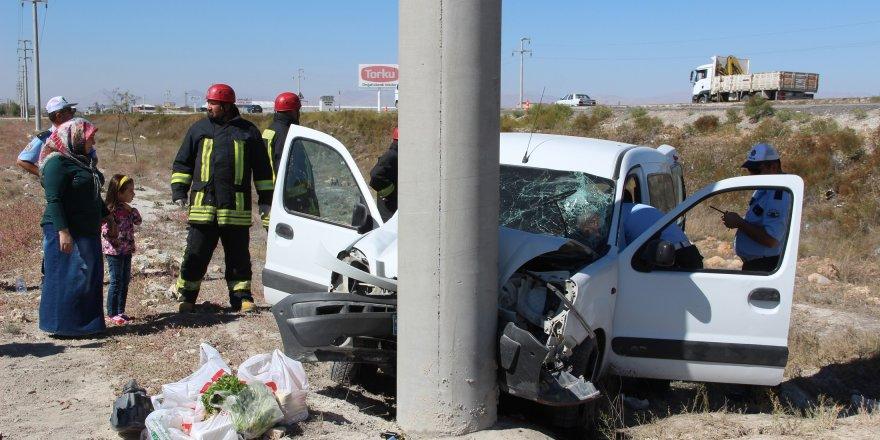Hafif ticari araç elektrik direğine çarptı: 3 yaralı