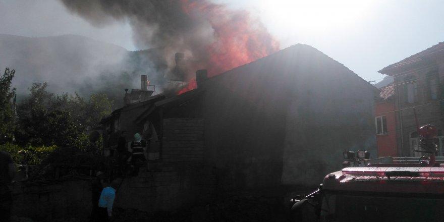 Kışlık ekmek yaparken evleri yandı