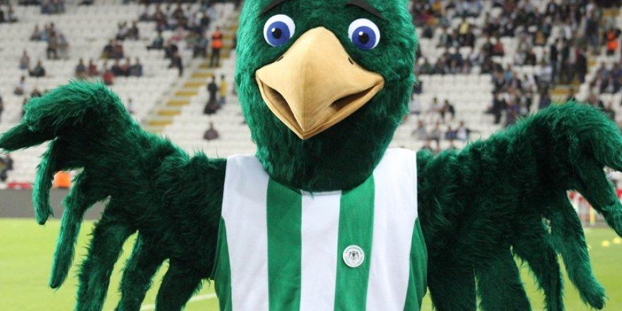 Sevimli maskot yeşil sahada