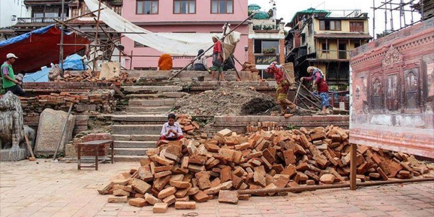 Nepal Depremin İzlerinin Silinmesini Bekliyor