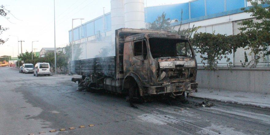 Viyol fabrikası yanarak kül oldu