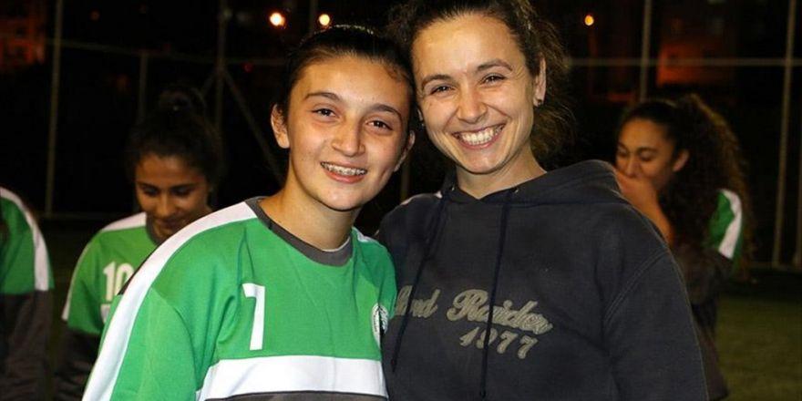 Kız Öğrencilere Hem Futbolu Hem De Arkadaşlığı Öğretiyor