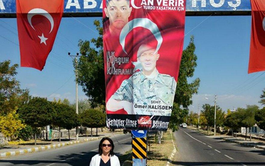 Hukukçu Fatma Karanlık Hanım, demokrasi şehidimizin kabrinde