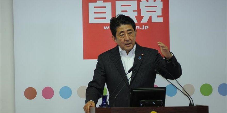 Japonya Başbakanı Abe'den Tartışmalı Tapınağa Adak