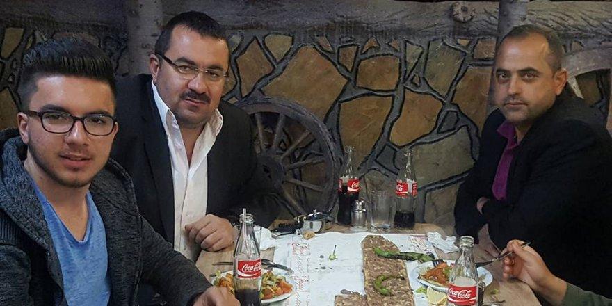 Mehmet Atasagun Maraşlı misafirleriyle yemekte