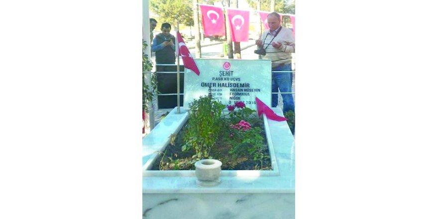 Anamaslı Mehmet Şehit Ömer Halis Demir'in kabri başında