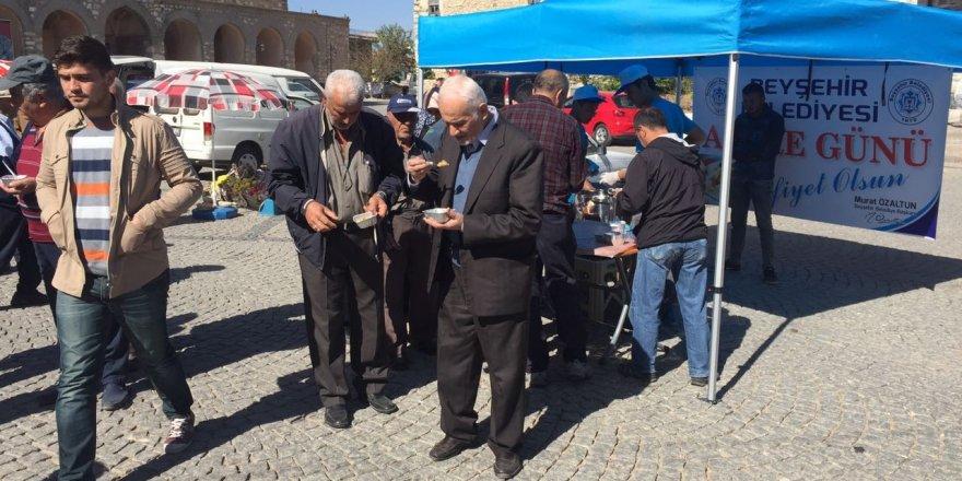 Tarihi Eşrefoğlu Camisi ziyaretçilerine aşure ikramı