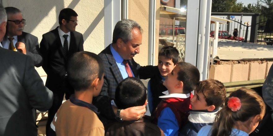 Akşehir protokolü Kızılay Aşevi'nde öğrencilerle birlikte yemek yedi