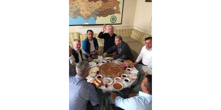 Müdür Cemil Paslı Mehir ailesinin toplantısında
