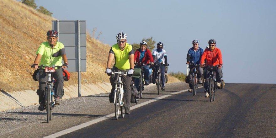 Bisikletin ulaşım aracı olduğunu gösterebilmek için 165 kilometre pedal çevirdiler